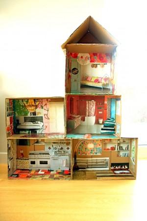 Дом из коробок и газет